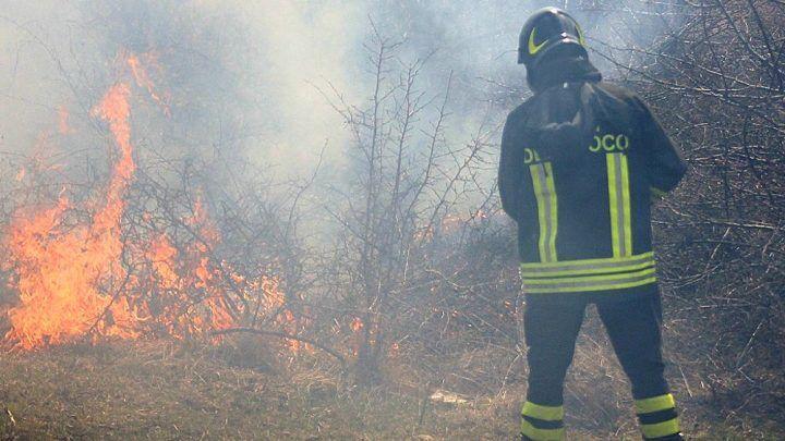 Incendio a Licola, grossa nube di fumo ed aria irrespirabile
