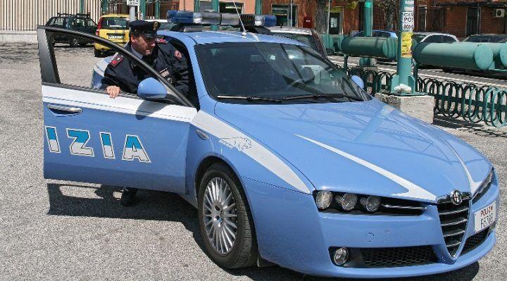 Napoli. La polizia irrompe in casa di un insospettabile anziano e scopre silenziatori, cartucce e caricatori