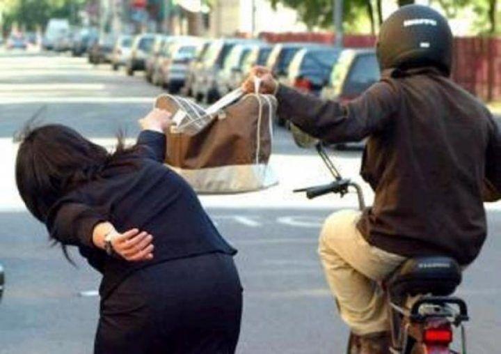 Napoli, perde lo smartphone durante la rapina: arrestato
