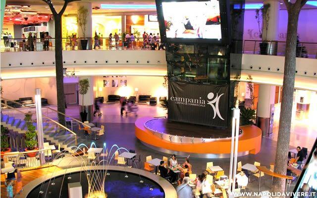 Paura al centro commerciale Campania: malore per una ragazza incinta
