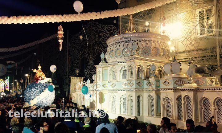 Giugliano, la Madonna della pace commuove i fedeli: piazza gremita per l'intronizzazione. VIDEO