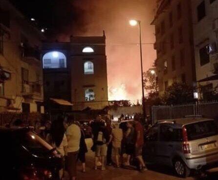 Napoli, paura a Fuorigrotta vasto incendio a ridosso delle case