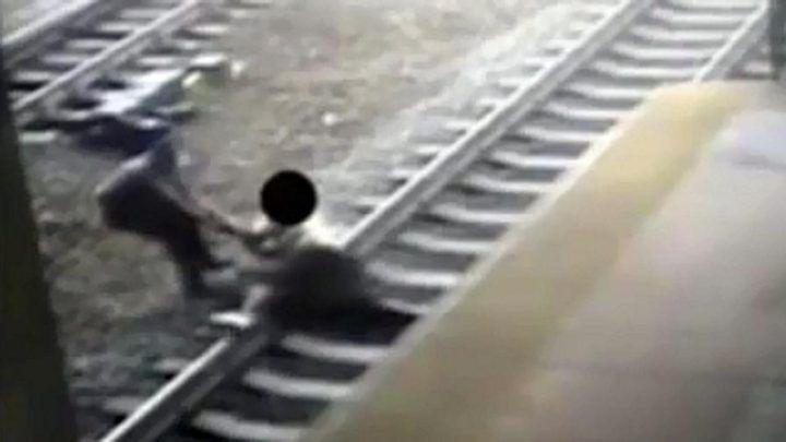Napoli, rapina una ragazza e scappa sui binari della metropolitana: arrestato