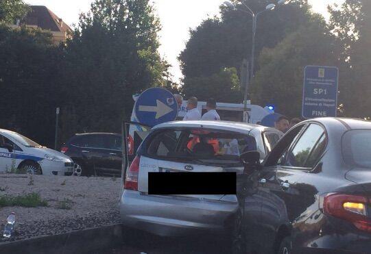 Scontro sulla circumvallazione tra Mugnano e Villaricca, ambulanza sul posto