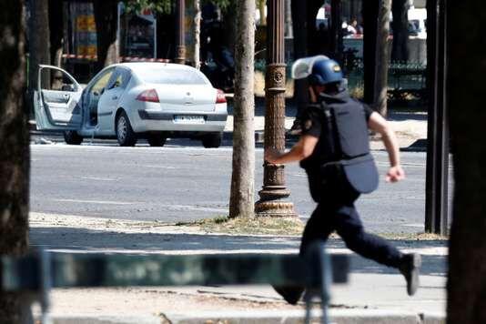 Attentato a Parigi oggi, auto contro Polizia: panico agli Champs Elysées. VIDEO