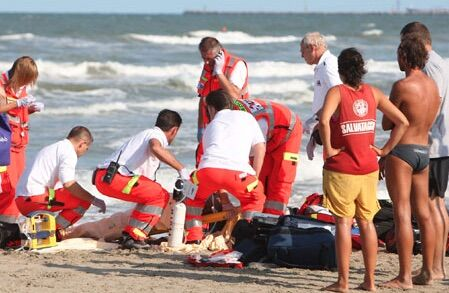 Sviene in spiaggia, bimba di due anni salva per miracolo