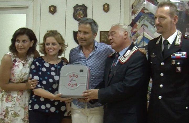 """Giugliano, """"Braccialetti rosa"""" dona all'Associazione nazionale carabinieri un defibrillatore"""