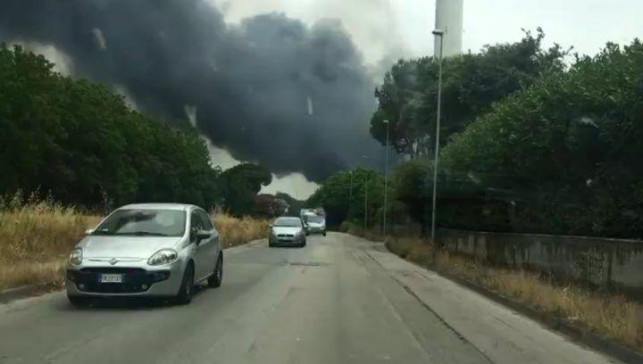 Caivano, spaventoso incendio: nube tossica su tutta l'area nord. VIDEO