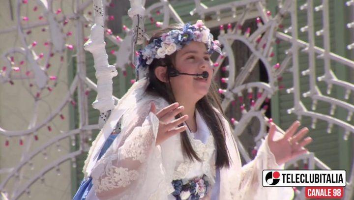 Madonna della Pace, il piccolo angelo Diletta incanta la piazza. IL VIDEO DEL VOLO