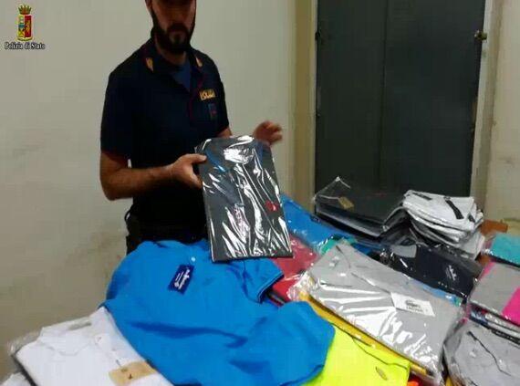 Napoli, operazione della polizia contro la contraffazione: sequestrati capi di abbigliamento. Ecco le marche