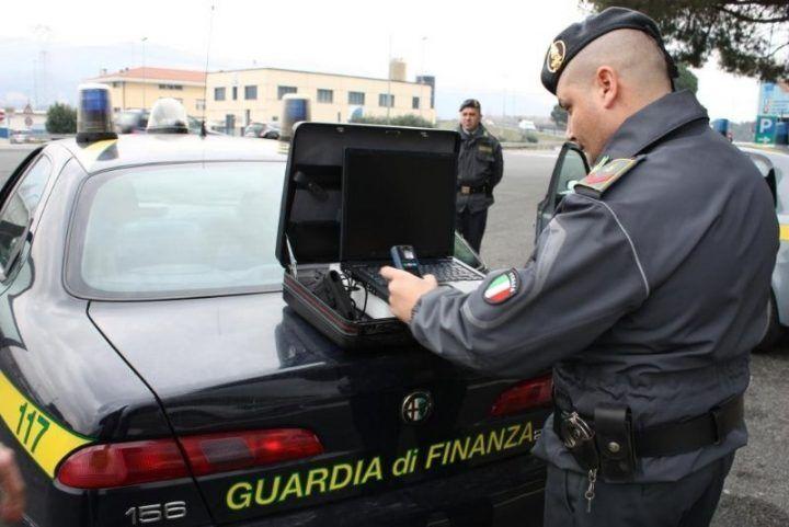 Giugliano, scoperto carico di sigarette illegali diretto a Salerno: un arresto