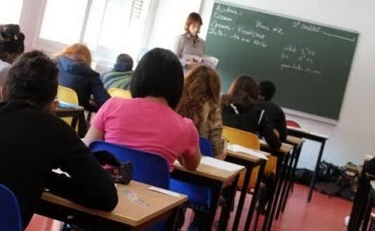 Salerno, dramma in classe: insegnante colpita da infarto