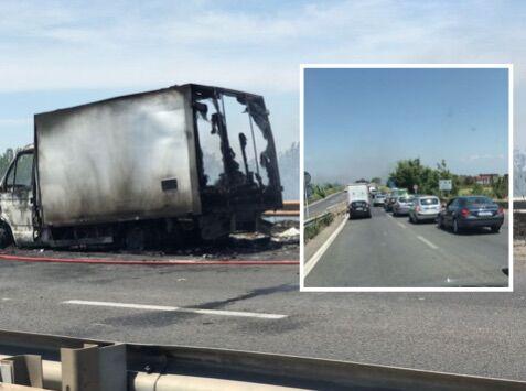 Asse mediano bloccato, furgone in fiamme in direzione Lago Patria