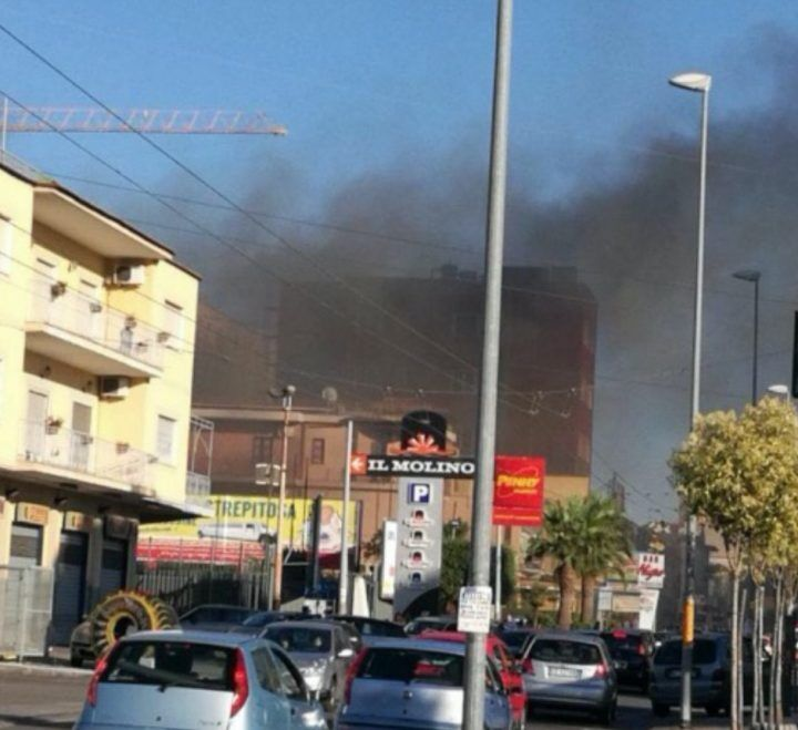 Sant'Antimo, panico al centro commerciale Il Molino: scoppia incendio. VIDEO