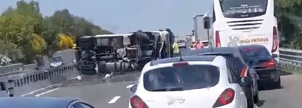 Incidente choc sull'A16, camion si ribalta: traffico in tilt. VIDEO