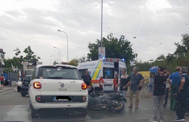 Incidente auto-moto in via Granata, ambulanza sul posto