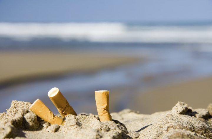 """""""Le sigarette in spiaggia inquinano più delle auto"""". Si propone il divieto"""