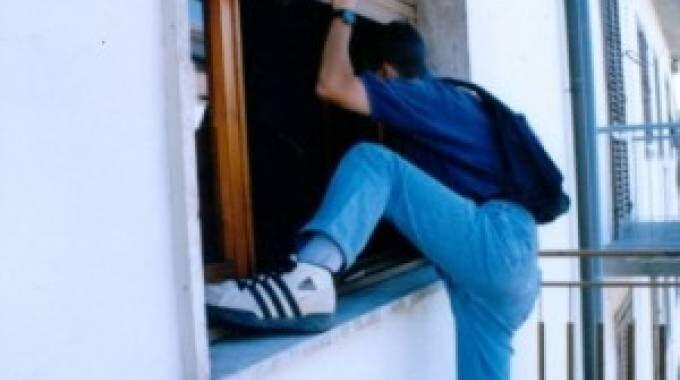Casoria. Carabinieri perquisiscono l'appartamento: lui fugge dalla finestra con le armi