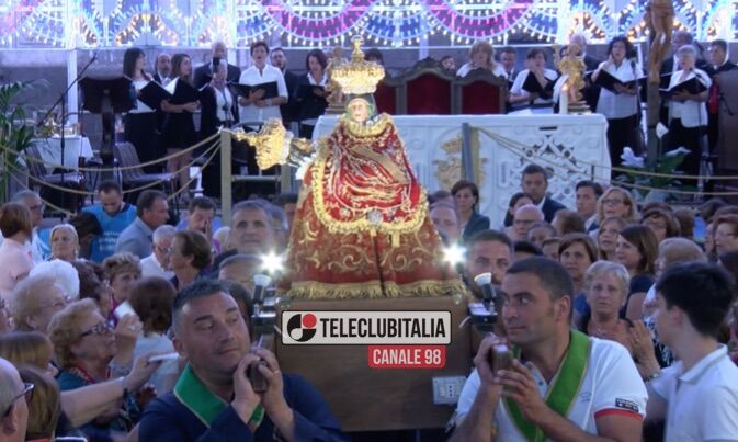 Giugliano, piazza Annunziata avvolta in un'atmosfera di fede e devozione per la discesa dal carro della Madonna della Pace