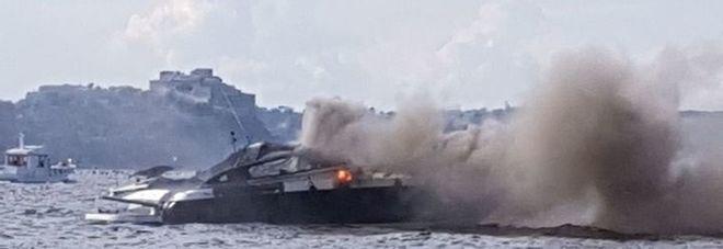 Paura a Capo Miseno, barca in fiamme: salvate due persone