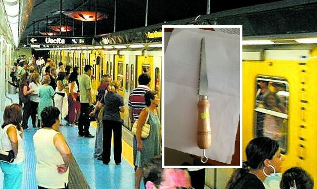 Napoli, un uomo armato in metropolitana semina il panico. Arrestato dalla polizia