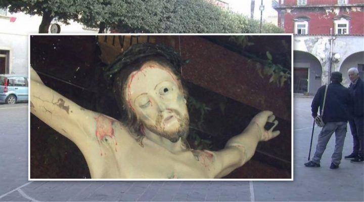 """Villaricca, il caso dell'occhio di Gesù: """"E' un miracolo. Anche la bocca si è schiusa"""""""