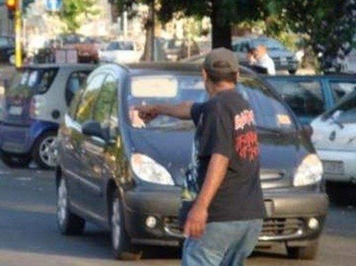 """Napoli, parcheggiatore abusivo tiene in """"ostaggio"""" 22enne: arrestato"""