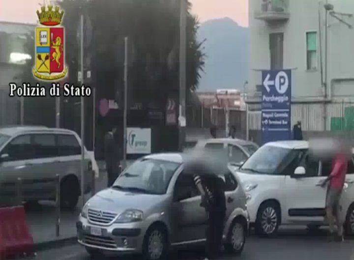Napoli, lotta ai parcheggiatori abusivi: 12 allontanati dalla città