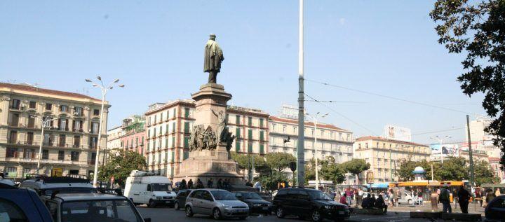 Giallo a Napoli, trovato in fin di vita in piazza Garibaldi muore in ospedale