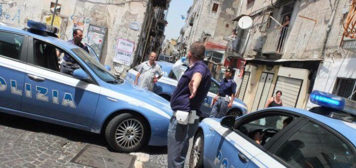 Nola. Follia in strada, picchia passanti e poliziotti: arrestato