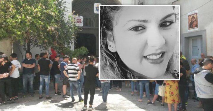 Casaluce, strazio e dolore ai funerali della 21enne Raffaella Di Martino. VIDEO