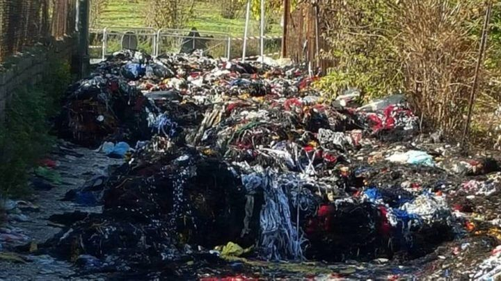 """Incendio a Terzigno, brucia discarica di """"pezze"""""""