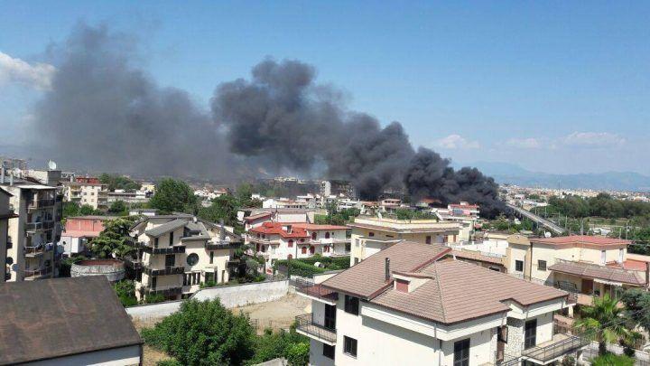 Casalnuovo, spaventoso rogo tossico: in fiamme deposito di elettrodomestici
