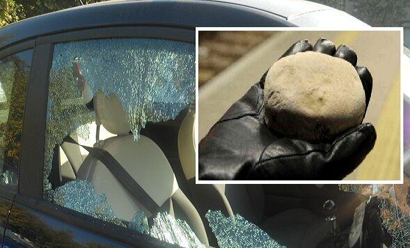 Scampia, sassi contro auto: ferita bambina