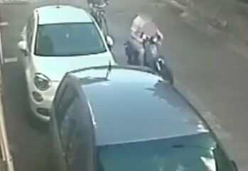 Volla, strappa la borsa ad una passante sotto gli occhi del figlio: nei guai un 27enne. VIDEO