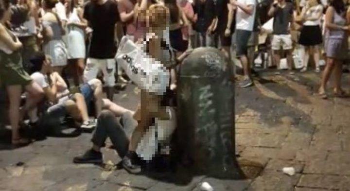 Napoli, sesso orale a San Domenico: chi è la coppia focosa? VIDEO