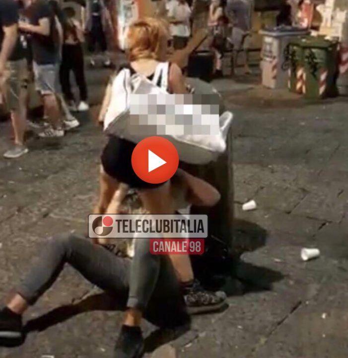 Napoli, sesso orale in piazza San Domenico: il video su WhatsApp. VIDEO