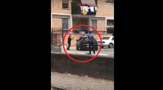 Torre Annunziata, uomo prende a mazzate auto dei carabinieri. VIDEO