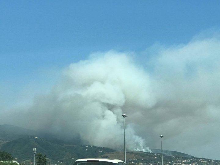 """Paura sul Vesuvio, grosso incendio: """"Aria irrespirabile"""""""