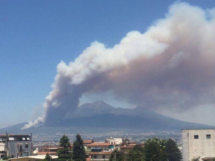 Nube di fumo del Vesuvio visibile anche in Molise