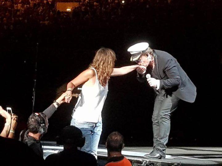 """Concerto U2 a Roma, Bono Vox invita ragazza di Giugliano sul palco: """"E' stato un lord, emozione unica"""""""