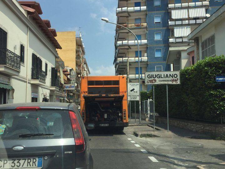 Autobus in avaria tra Giugliano e Villaricca, traffico in tilt