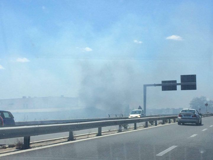Asse Mediano, fiamme lambiscono la strada: chiusa l'uscita per Caserta