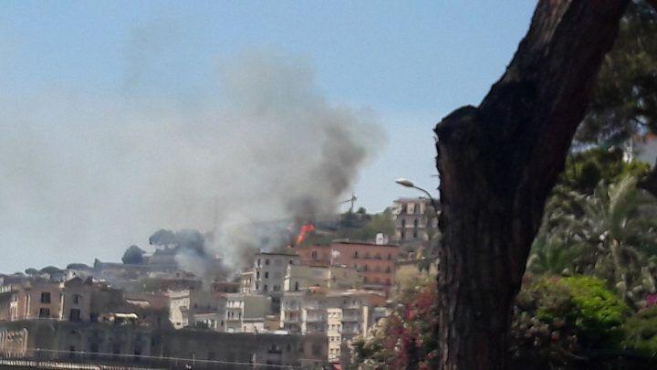Napoli, brucia anche la collina di Posillipo: rogo in corso