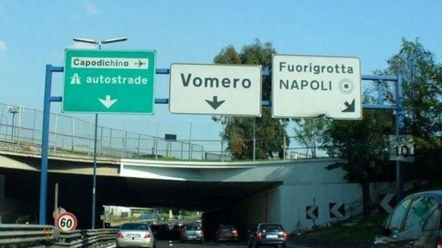 Napoli, panico in tangenziale. Uomo minaccia di lanciarsi nel vuoto