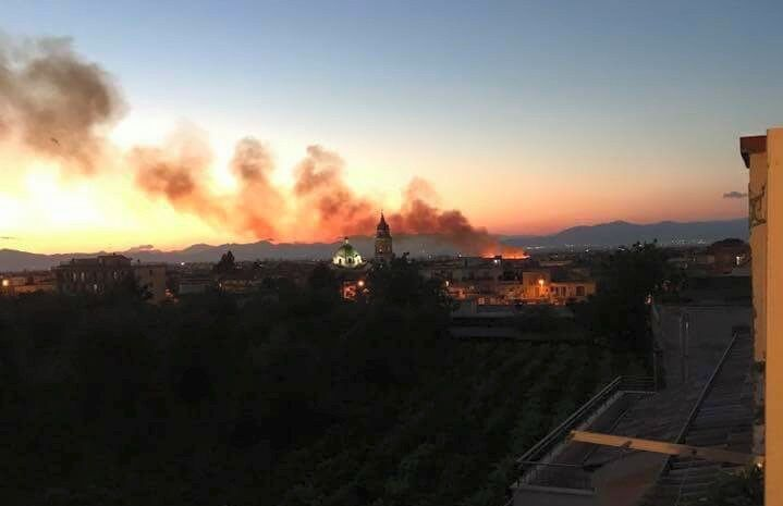 Calvizzano, brucia terreno accanto a Villa Holiday: fumo e fiamme in strada. VIDEO