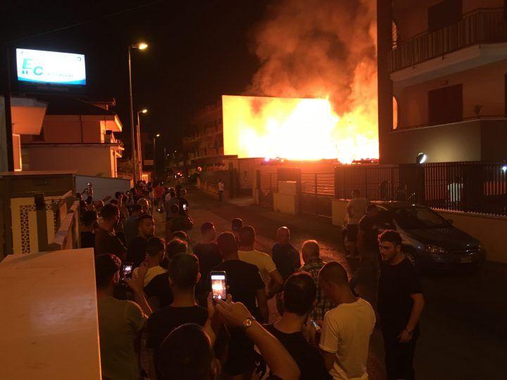 Giugliano, incendio in un deposito di via Epitaffio: fiamme in due palazzi. VIDEO