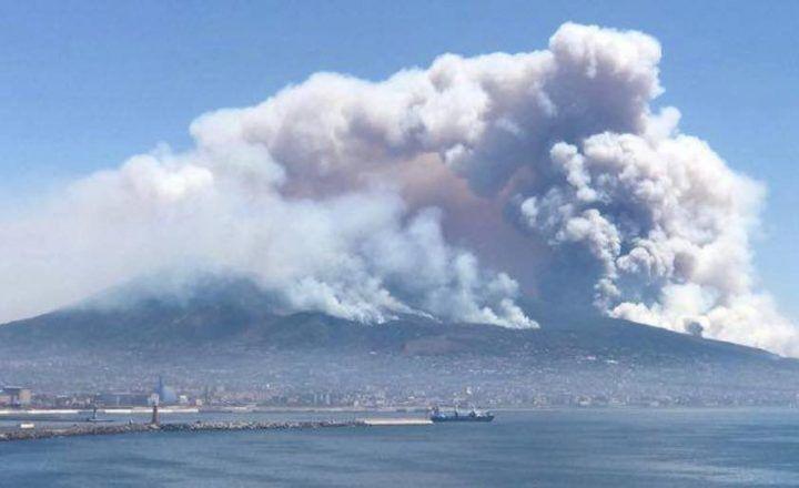 """Incendi Vesuvio, la protezione civile: """"Situazione in miglioramento"""""""