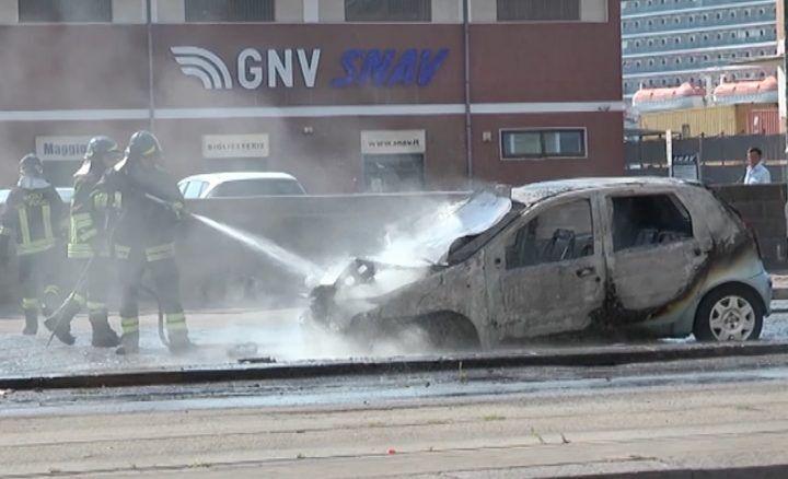 Napoli, paura in via Marina: auto in fiamme. VIDEO