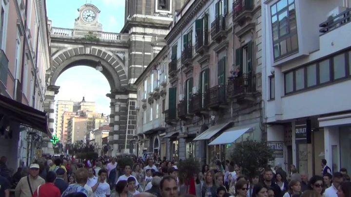 Aversa, shock in via Roma: aggredisce prima una ragazza e poi i vigili. Arrestato